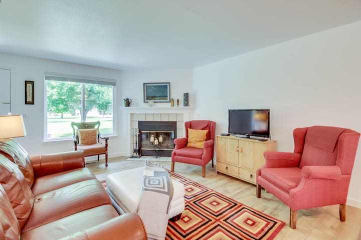 Townhouse w/ shared pool, private patio, and partial mountain views!