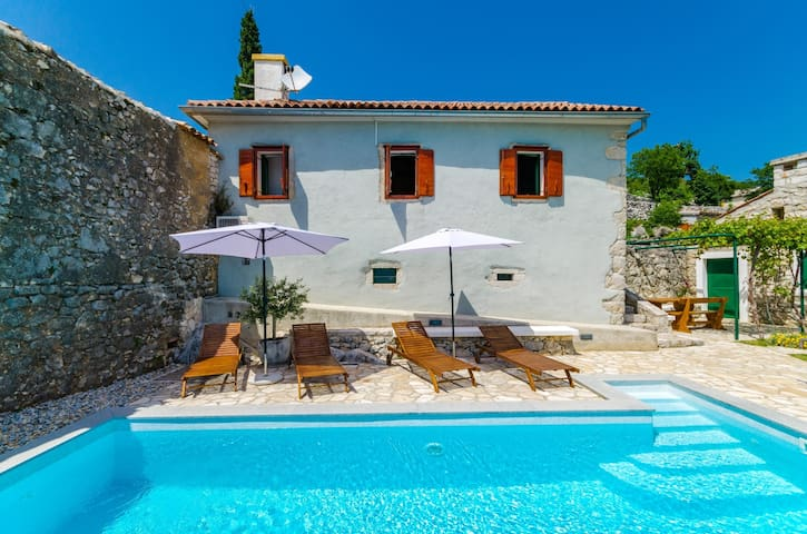 Fantastic villa in a quiet location,with its pool
