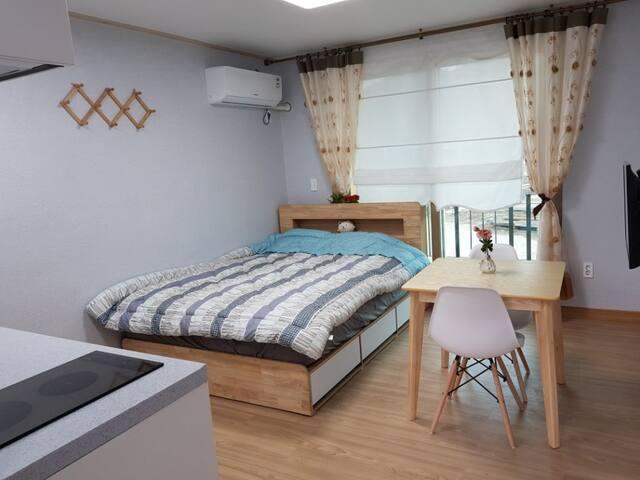 • 101호 / 원룸형 커플룸(퀸사이즈 침대1) • Room Number 101 / Couple Room