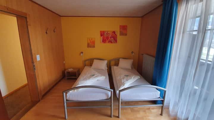 Ein einfaches Doppelzimmer mit Balkon