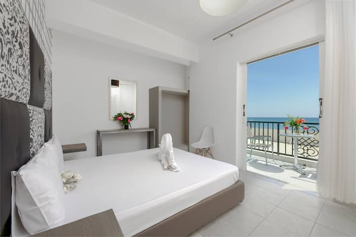 Boulevard Studio 6 with front sea view