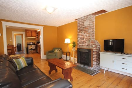 Sunny & spacious 3 bedroom home - Halifax - Hus