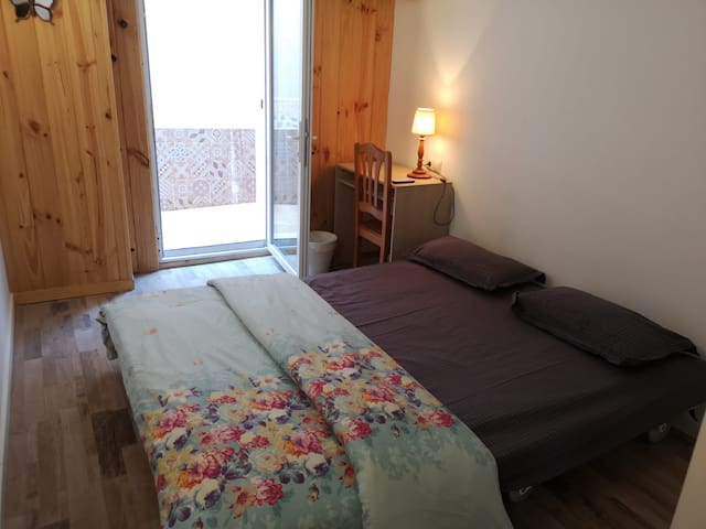 Big room BCN CENTER with AC and balcony La Rambla