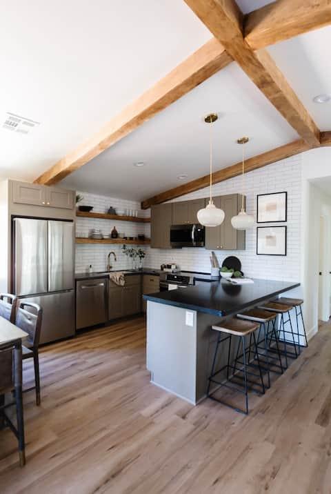 Quiet Designer Cabin with Large Deck & Hot Tub