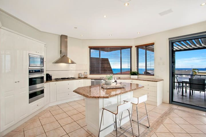 Collaroy Plateau, family home with stunning views - Collaroy Plateau - House