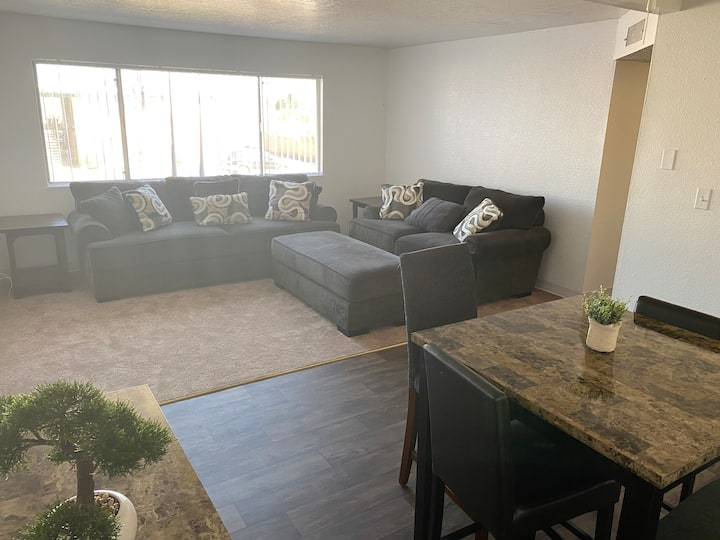 SPACIOUS 2bdrm, w/ 2 pools. Mins from Scottsdale !