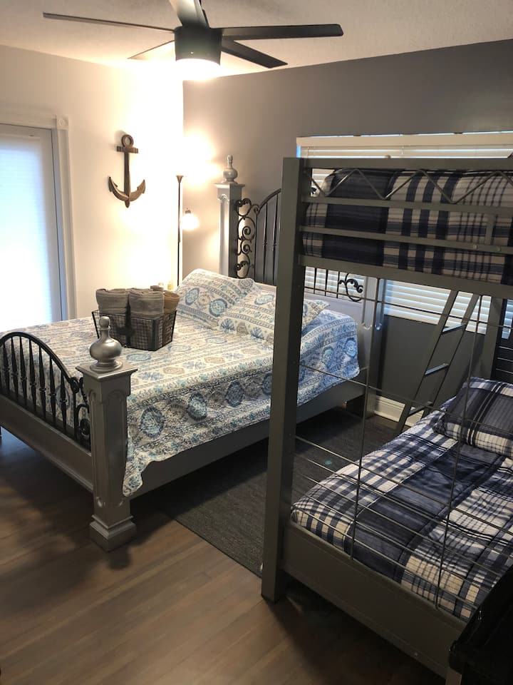 Big Bedroom With Queen Beds !! Single or Family