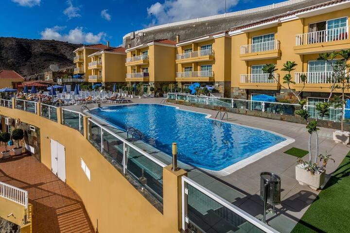 Apartamento vista la piscina, cerca Playa Patalava