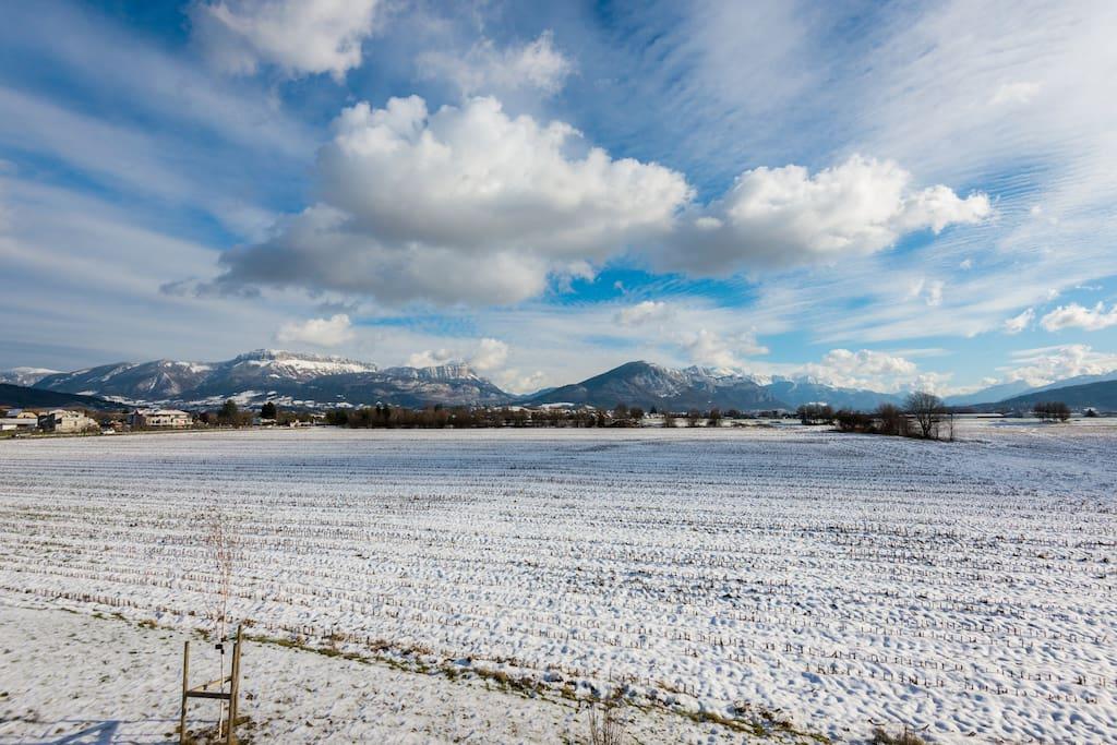 Les montagnes sont toutes proches, la neige est arrivée sur les sommets...