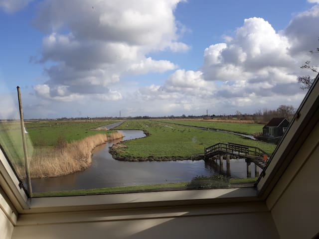 Cozy house, view over meadows. 10min to Amsterdam!