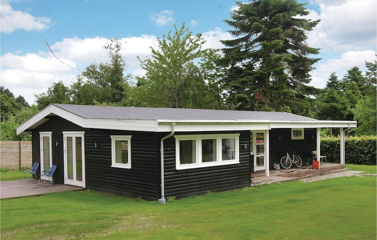 Holiday cottage with 4 bedrooms on 130 m² in Dronningmølle