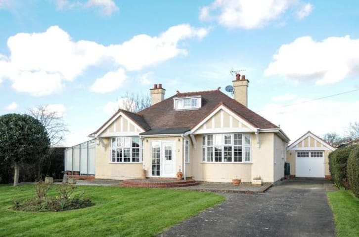 Woburn Sands 4bed, sleeps 7 set in 0.33 of an acre