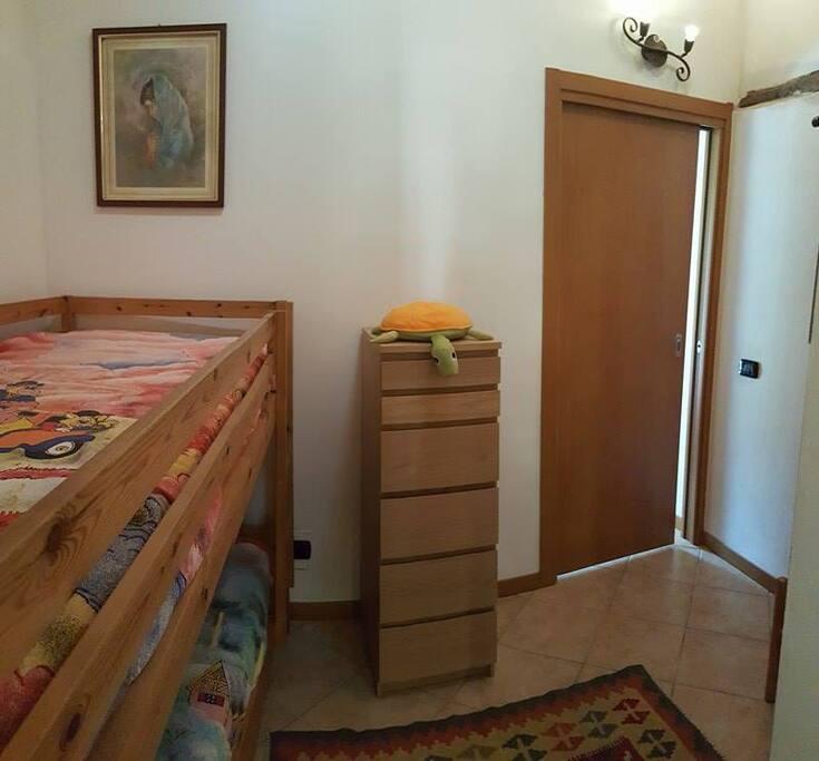 cameretta con letto castello 2 piano