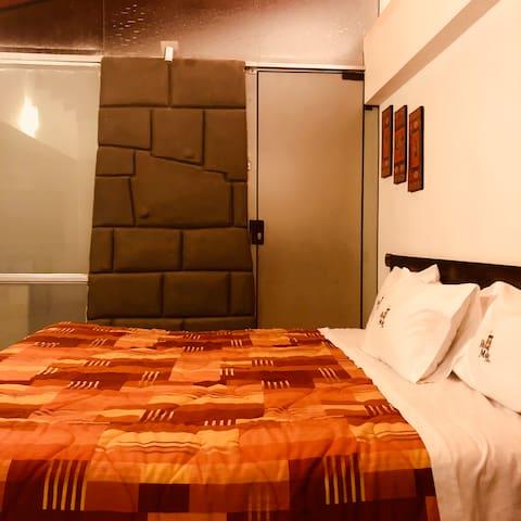 Habitación con Cama King, baño y jacuzzi privado.