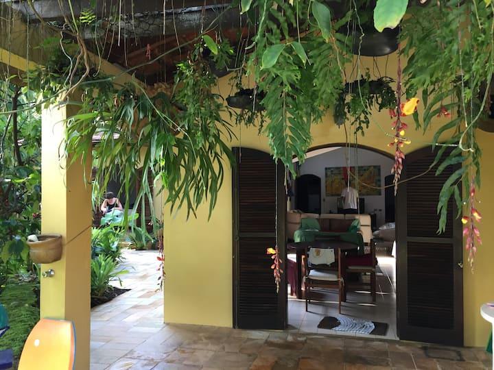 Casa térrea com muito verde a 100m da praia