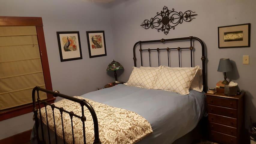 Queen bedroom in a late Victorian - Emporia - Rumah