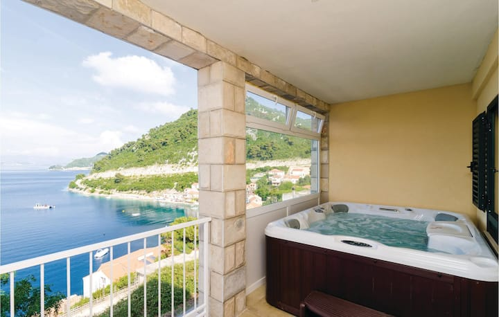 Amazing home in Sobra with Jacuzzi, WiFi and 2 Bedrooms