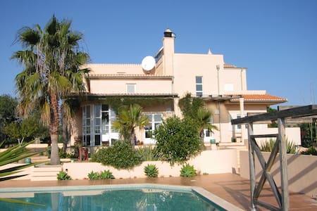 Villa in ruhiger, attraktiver Lage am Atlantik - Armação de Pêra - วิลล่า