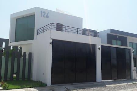 Casa amplia minimalista con jacuzzy - Colima