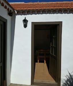 Casita terrera rodeada de flores - Puntagorda, Canarias, ES