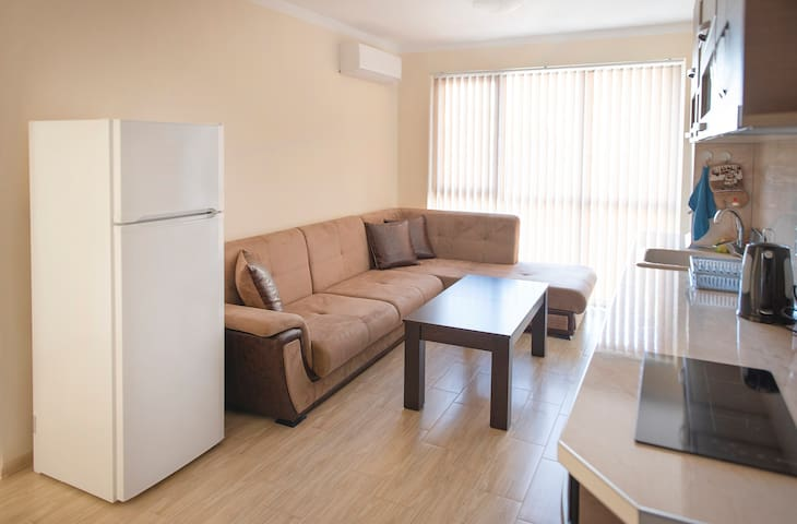 Bright living room & fully equipped kitchen