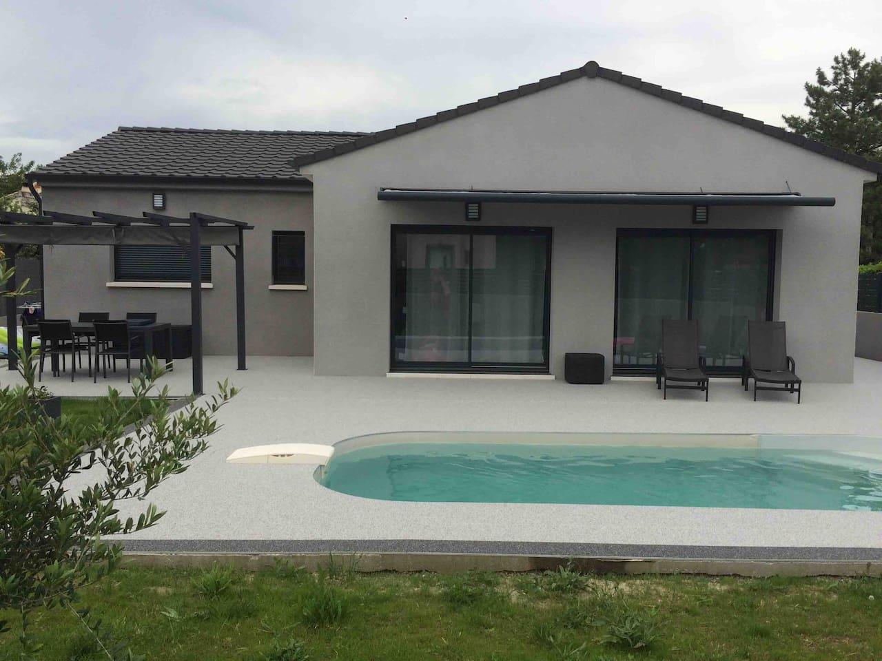 Maison contemporaine de 109m2 avec un terrasse  et une plage de piscine de plus de 70m2