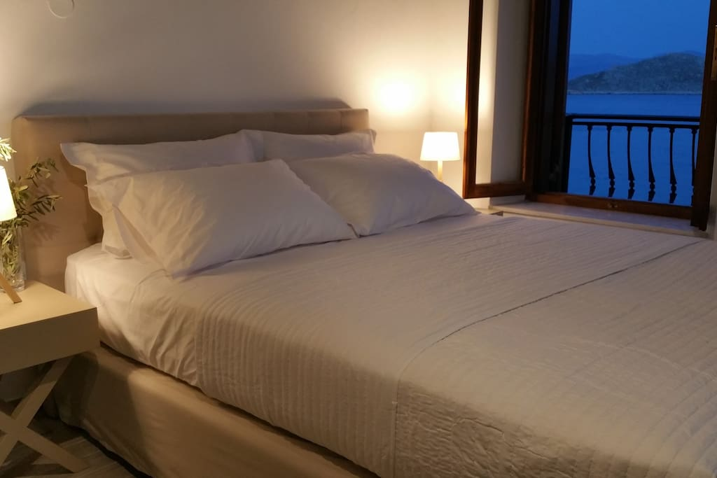 King size bed with direct sea view