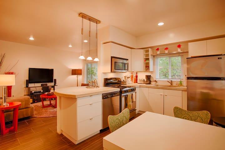 Corner 2 Bedroom off Abbott Kinney - Los Angeles - Apartment