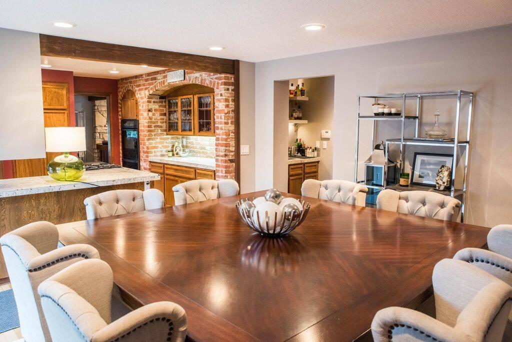 Dining room w/8 seats