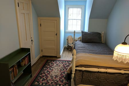 Cozy bedroom in tranquil rural area - Fitchburg