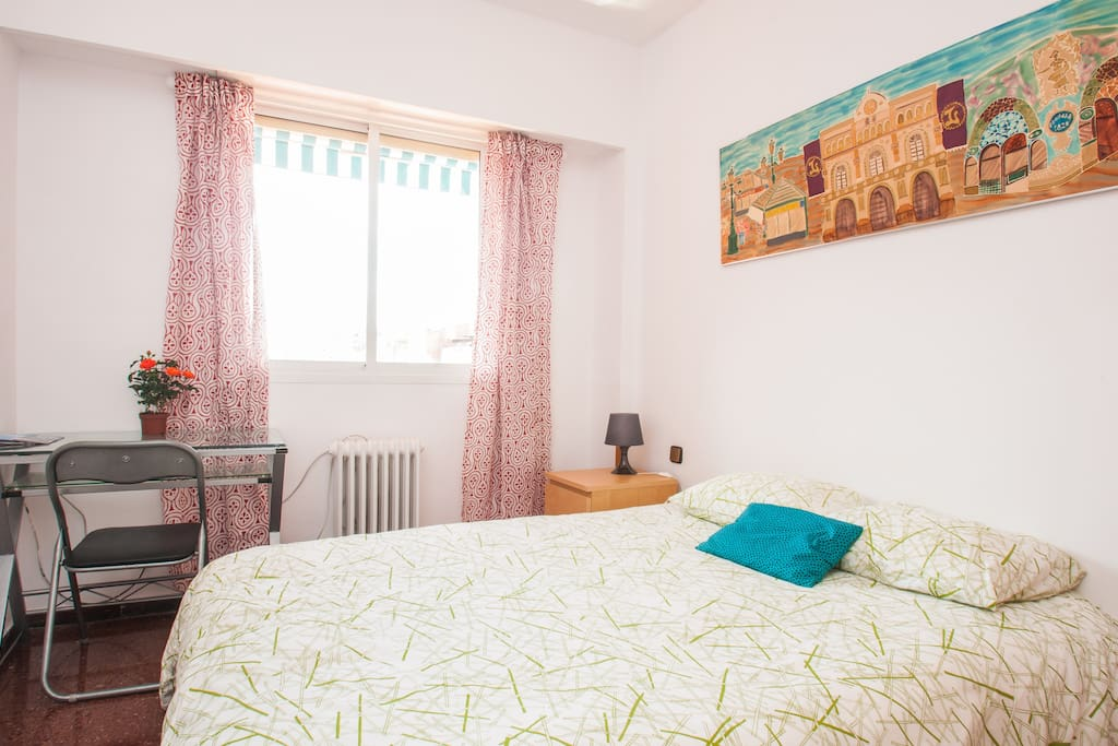 Cozy Sunny Room in Nice Flat, Feel the Sunbeams Caressing You
