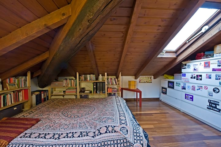 Attic room with private bathroom - Milaan - Appartement