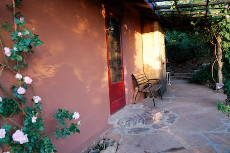 1920's ADOBE ECO-COTTAGE & GARDEN~ RELAX/RETREAT - Patagonia - Hus