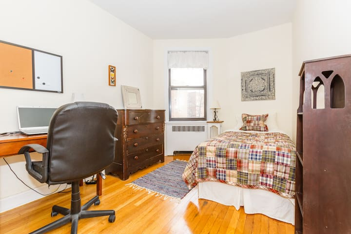 Lovely private bedroom - Oasis in NYC - Bronx