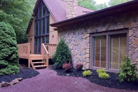 6BR Chalet in Poconos, right near Skiing + Lakes! - Blakeslee - 独立屋