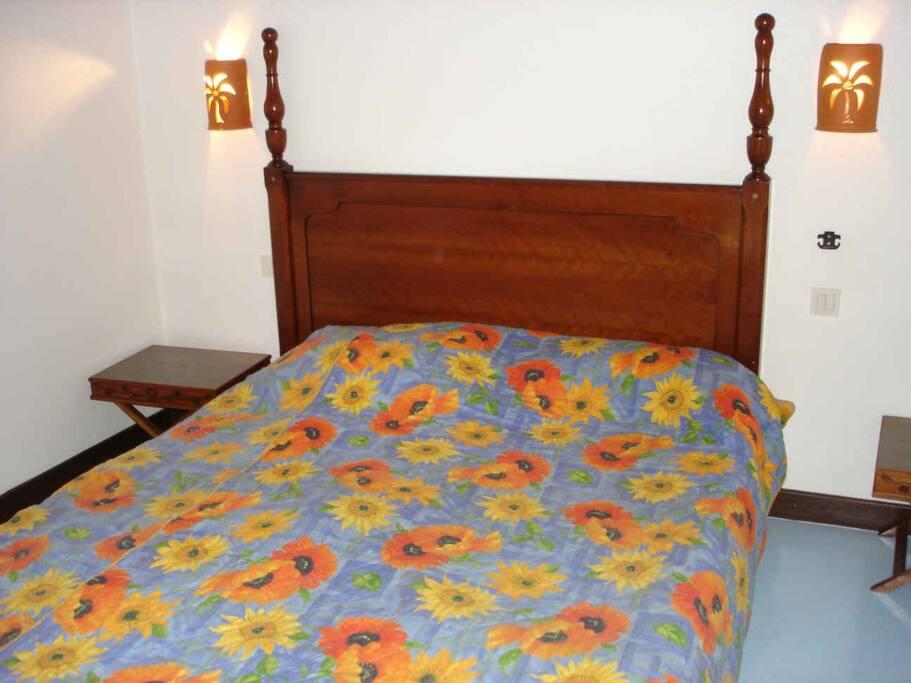 Chambre avec grand lit en mezzanine