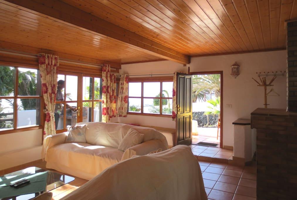 Das grosse, schöne und  gemütliche Wohnzimmer mit Ausblick zum Garten