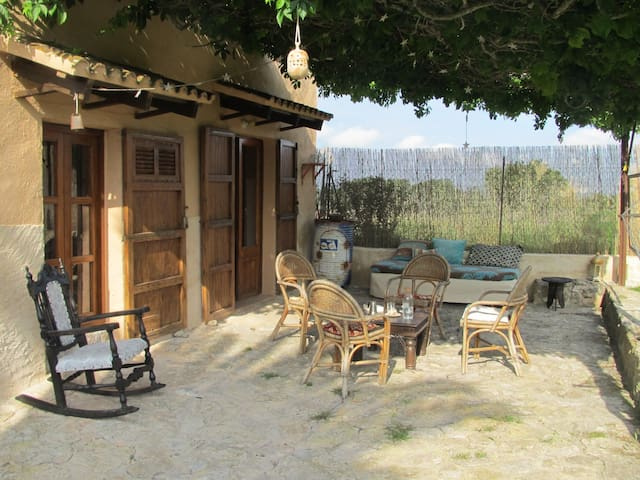 rustikales Ferienhaus auf idyllischer Fincaanlange