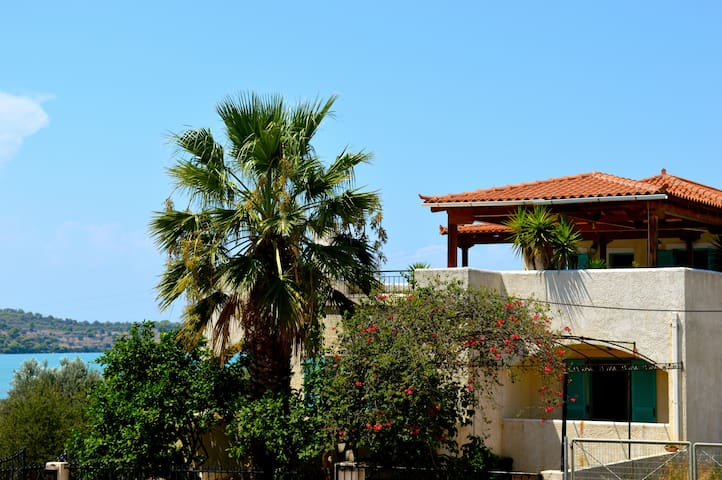 Spacious, seaside, 2 bed apt - Porto Cheli - Huoneisto