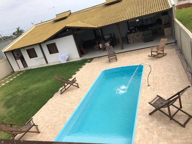 Aluguel casa com piscina e área de churrasqueira