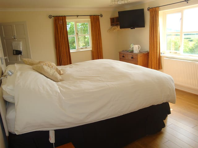 Huge ensuite room TV/DVD great view - Broad Oak - Huis
