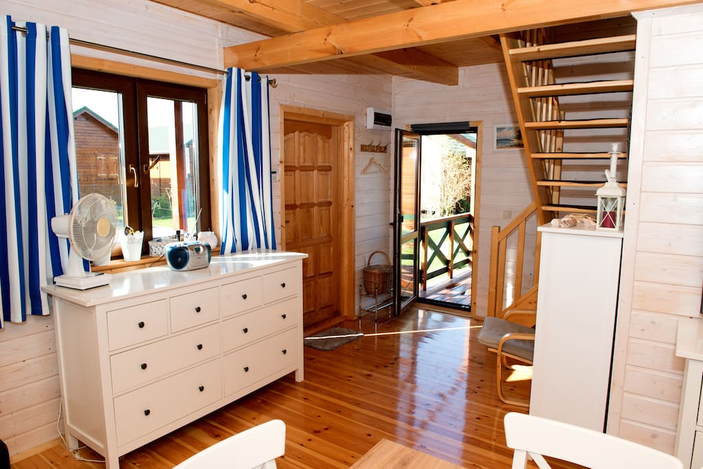 Entrance to the house and the door to the terrace/ Wejście do domu i wyjście na taras