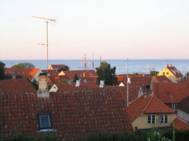 Skønt Byhus med udsigt over Østersøen