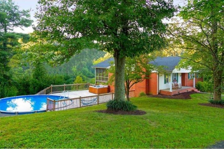 Cliff House Retreat- Pool, Hot Tub, Peaceful