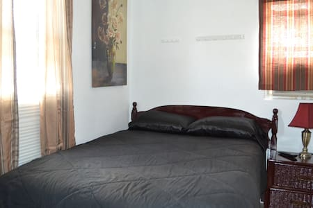 Alligator / queen bed private entrance