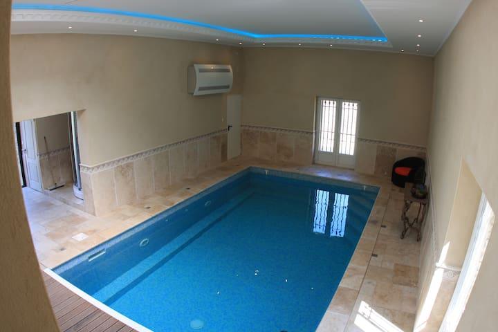 piscine intérieure vue depuis le salon du mas des oliviers