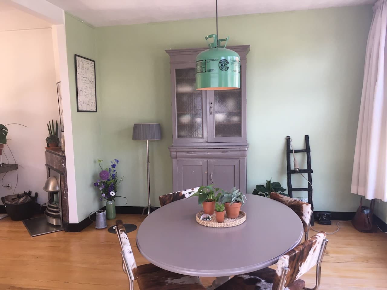 Sitting room to the left, dining area to the right