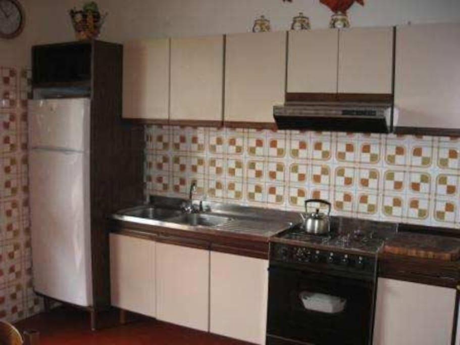 Spisekøkken med plads til 8 personer og service til 10 personer