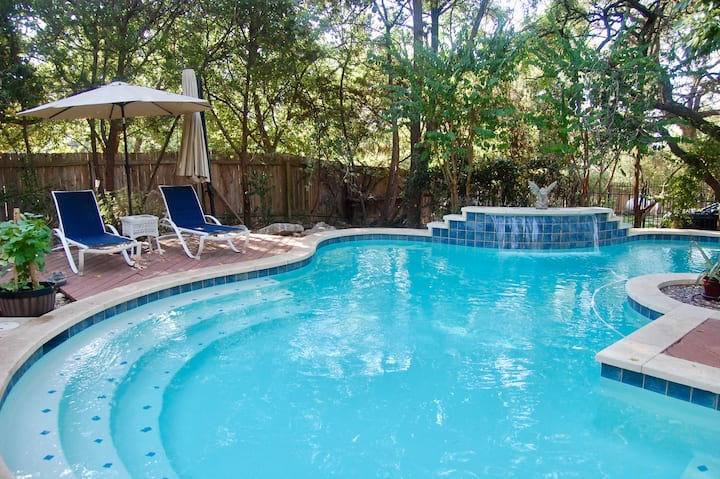 Deluxe 2 bed/1 ba and pool