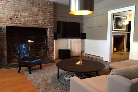 Hip Cozy Victorian in Heart of City - Halifax - Apartment